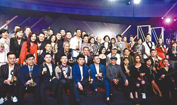 一众获奖艺人、歌手在台上合影。 中通社