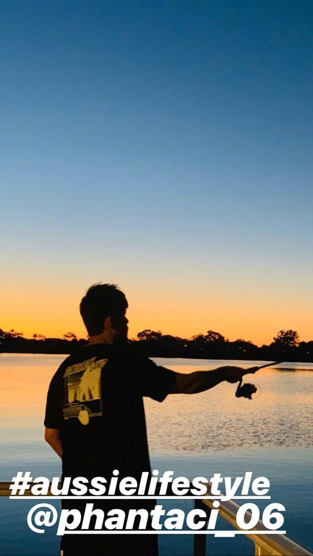 周杰伦与友人澳洲冬日垂钓 单手拿鱼竿眺望远方