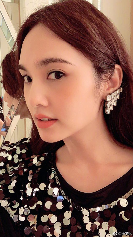 杨丞琳晒美照庆演出顺利 戴不对称耳饰卷发迷人