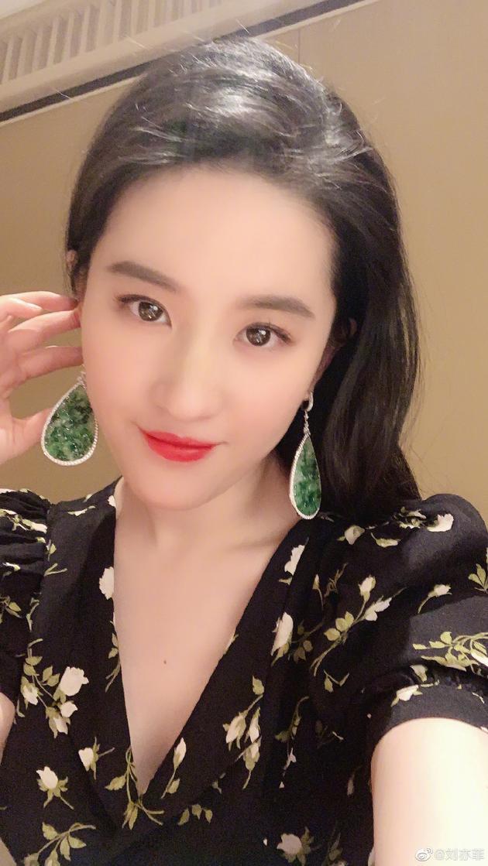 刘亦菲自拍戴夸张水滴型翡翠耳环