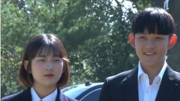 崔煥熙及崔準熙出席母親崔真實逝世十週年忌日。