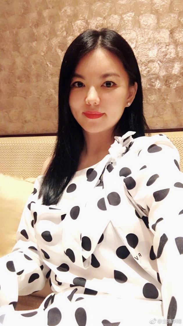 李湘晒自拍气色红润 脸蛋瘦了两圈恢复早年巴掌小脸