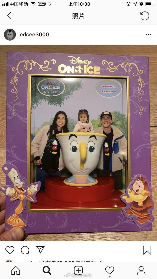 陈冠希在幼我外交网站上传了与妻子秦舒培带女儿alaia嬉戏迪士尼的全家福相符影。