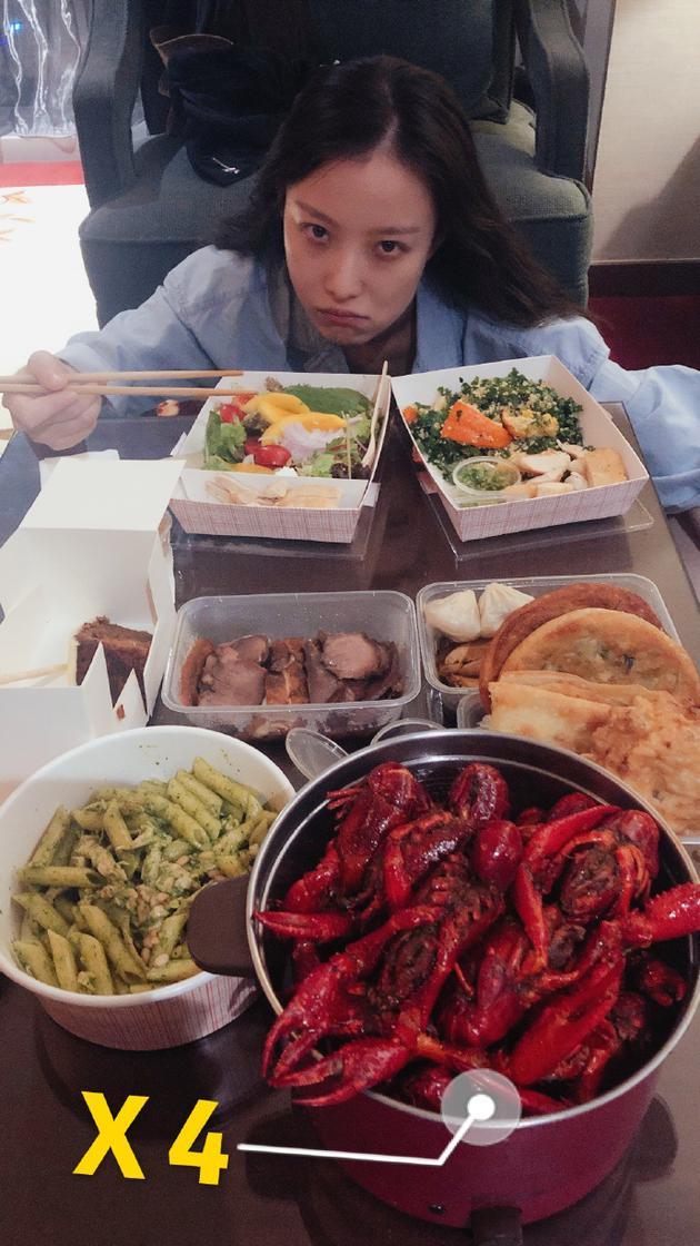 倪妮不能吃小龍蝦表情痛苦