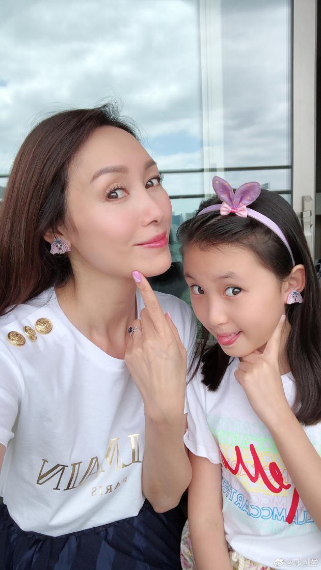郭可盈一家三口游东京 母女俩戴同款耳钉俏皮温馨
