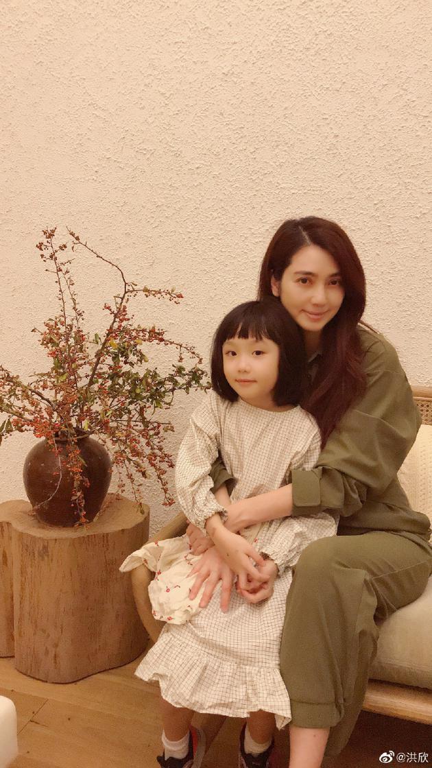 洪欣和女儿合影