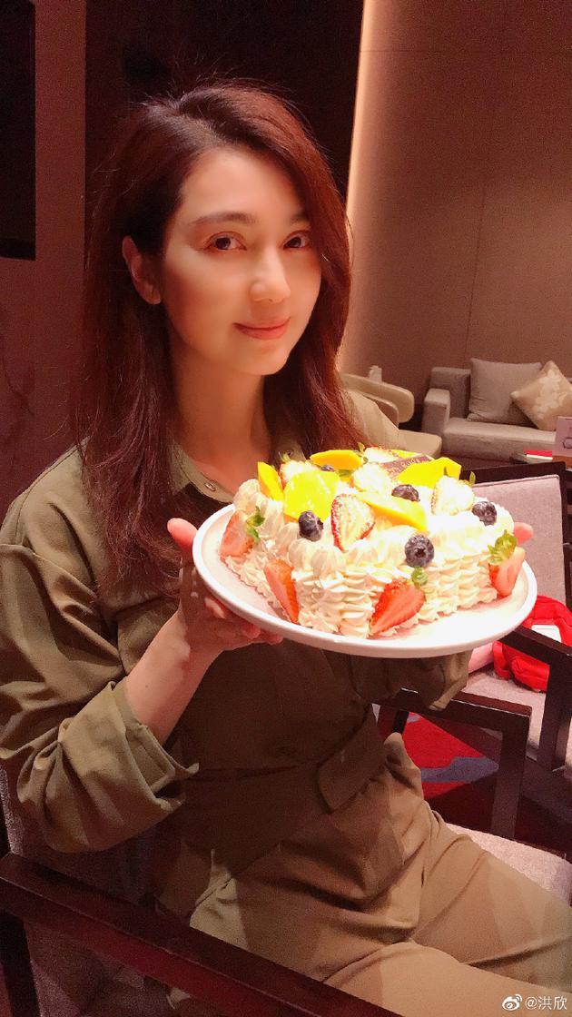 洪欣手捧蛋糕