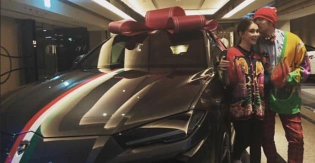 《周杰伦在个人社交网站上晒出照写道:来自老婆昆凌送的豪车真的是爱意满满》