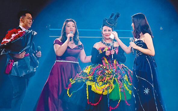 薛家燕和儿女在台上喊,场面感人