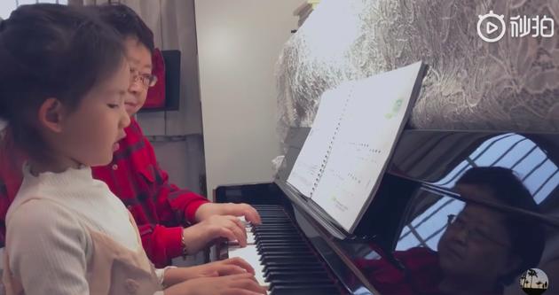 多妹学弹钢琴