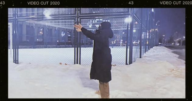 孟美岐晒夜晚户外玩雪视频 踩积雪开心的像个孩子