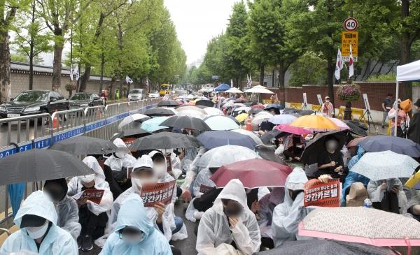 韓國女性團體舉行集會抗議警方對勝利夜店調查結果