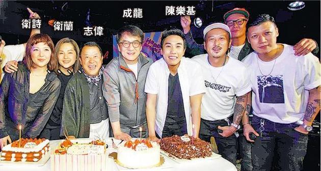 同是4月生日的卫诗、卫兰、志伟、成龙及陈笑基一首切生日蛋糕。