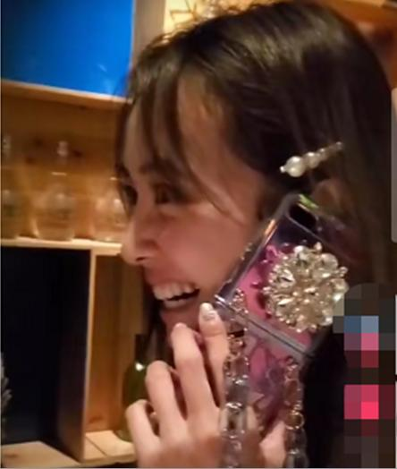 蔡依林打电话甜笑似少女 上万手机镶花哨珠宝抢眼