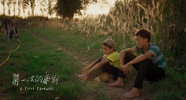 艾萨和哥哥坐在巷子旁