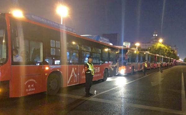 鹿晗包数十辆巴士送粉丝回家