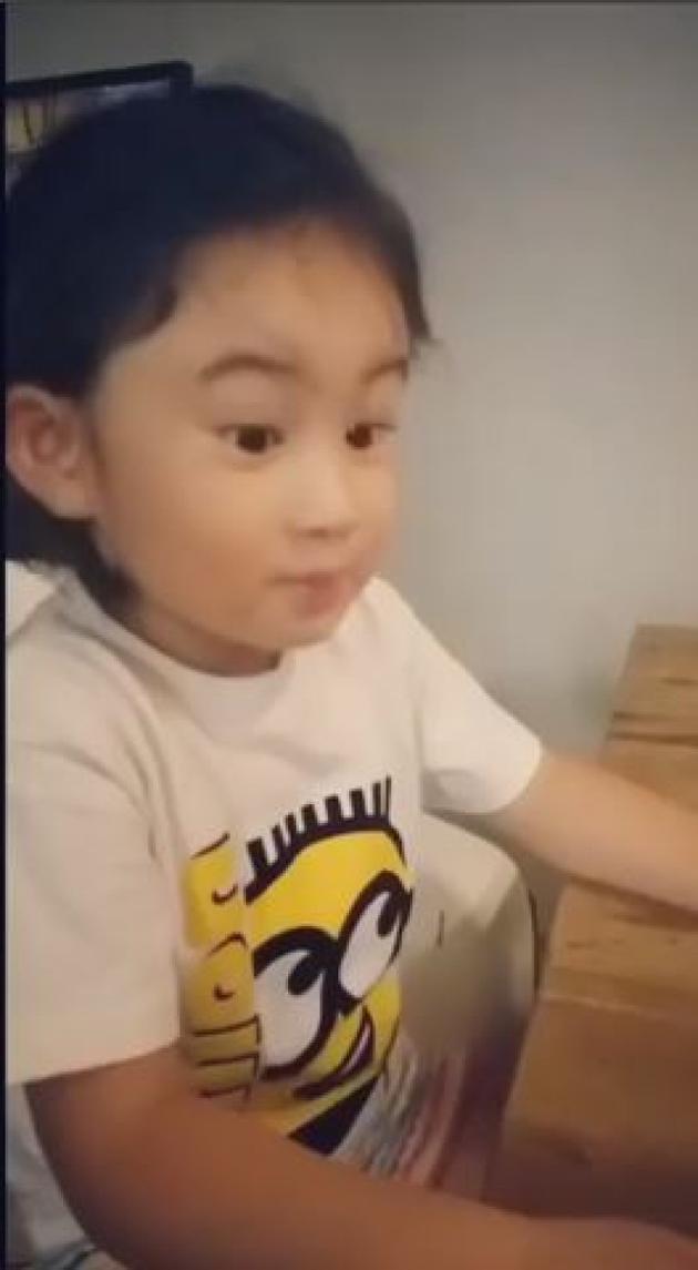 郑希怡女儿吃乳酪