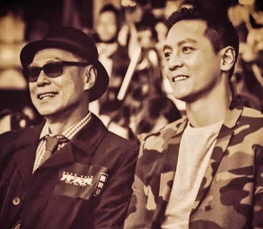 林岭东的末了作品为《冲天火》,旁为电影男主角吴彦祖。 网上图片