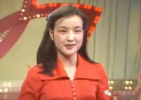 主持人劉曉慶當年雖是炙手可熱的影星,可亮相春晚,還是難掩幾分羞澀。(選自《姜昆笑友會》圖)