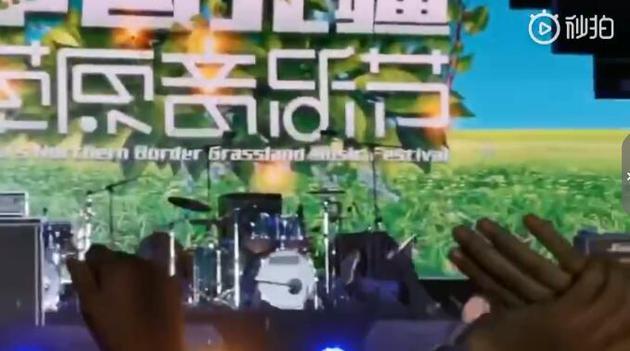 韩磊舞台上被音箱绊倒 顺势后滚翻起身连声道歉