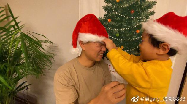 Gary儿子帮他戴圣诞帽
