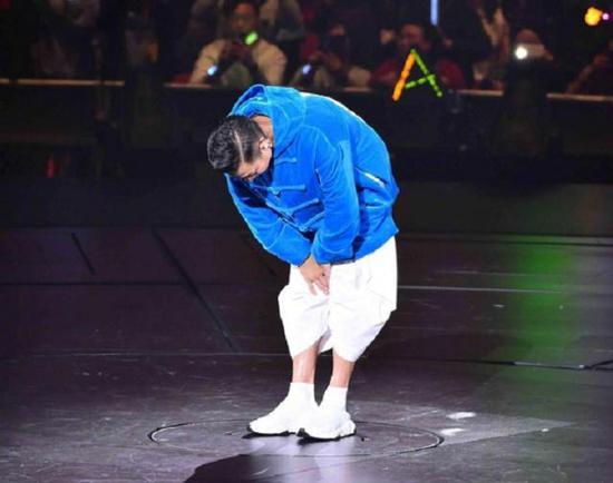 刘德华为歌迷鞠躬。