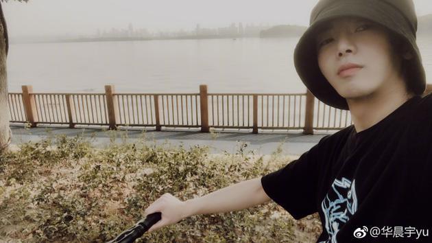 华晨宇骑单车晒自拍 面带微笑五官清秀帅气十足