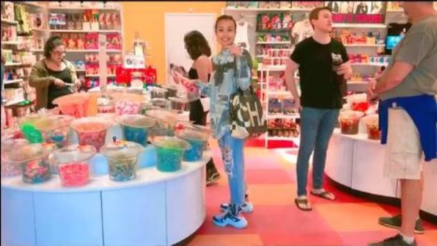 容祖儿在糖果店