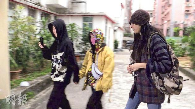 这是吴卓林婚后首次被拍到一家三口的照片。