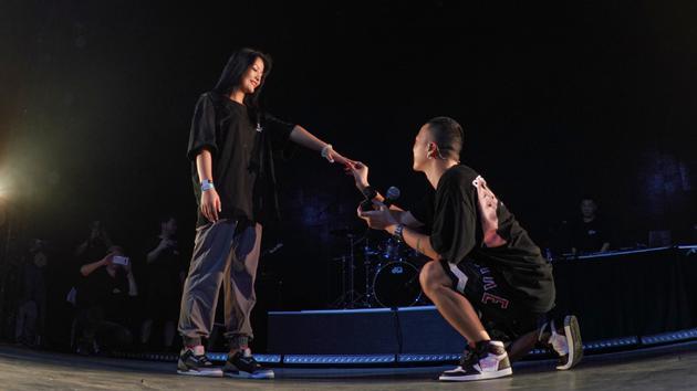 Jony J演唱会现场跪地霸气求婚女友:老子爱你!