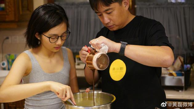 黄磊与多多一起烘焙蛋糕 主厨变听话帮忙更显幸运