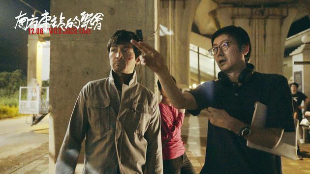 导演刁亦男在片场给胡歌说戏。