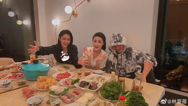 林夏薇与林峯张馨月一起过节 网友调侃她是电灯泡