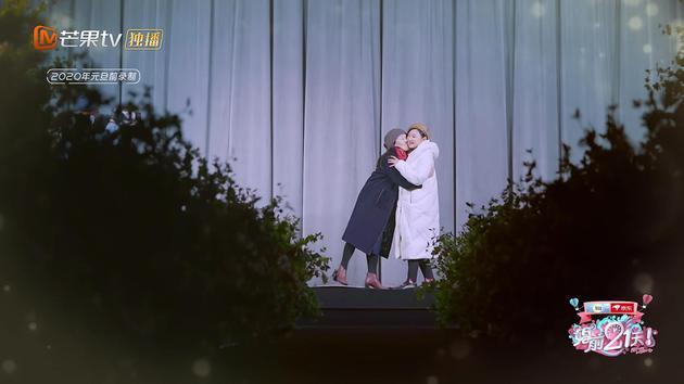 何雯娜與婆婆親吻臉頰