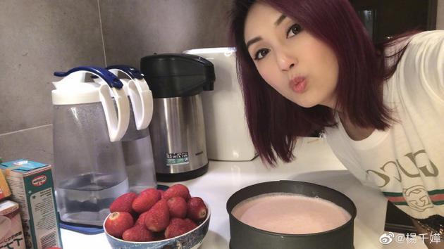 杨千嬅宅家研发新甜品 对镜嘟嘴卖萌自拍有活力