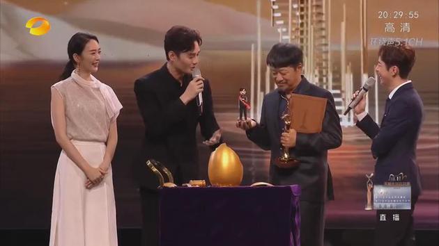 金鹰奖王凯童瑶为孔笙颁最佳客串奖 奖品是彩蛋