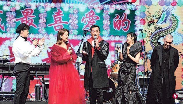 古天乐(中)在众歌手陪伴下开金口献唱《男朋友》。左起:张敬轩、容祖儿、谢安琪与麦浚龙。
