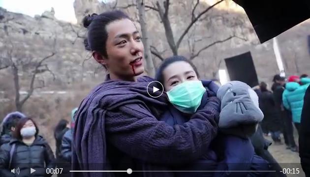 肖戰摟李沁脖子,兩人關係看起來不錯