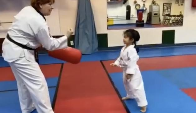 章子怡陪醒醒练跆拳道 感触感染到被二宝踢肚子超幸运