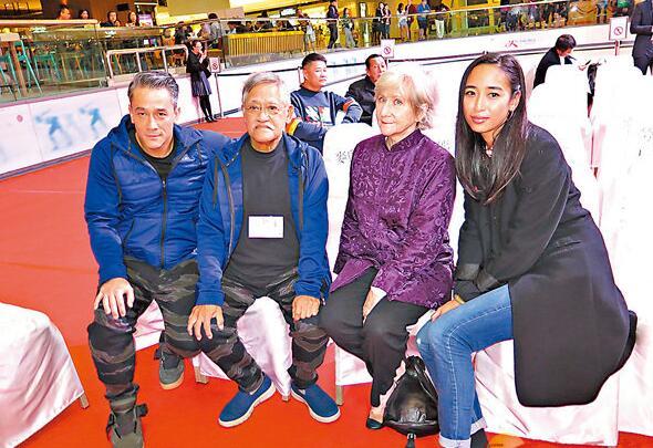 吴嘉龙(左一)表示全家人都担心爸爸的健康。