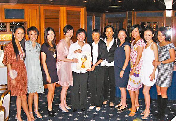 陈紫莲(左五)在2008年荣休,众港姐为她设宴。