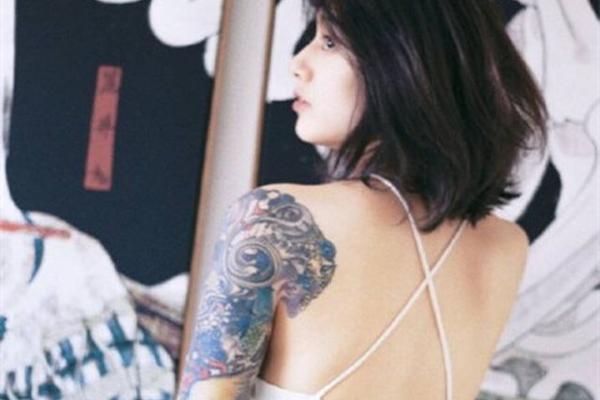 暗黑系萝莉!李诞女朋友五官清纯似高圆圆 纹身却超狂野图片图片