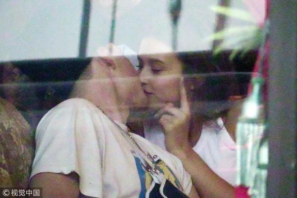 布鲁克林之前被拍到与蕾西伍德在刺青店接吻