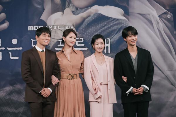 《赤月青日》(左首)李伊庚、金宣儿、南圭丽、车学沇。