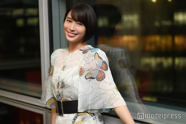 组图:广濑爱丽丝拍摄时尚写真 蝴蝶印花连衣裙大气十足