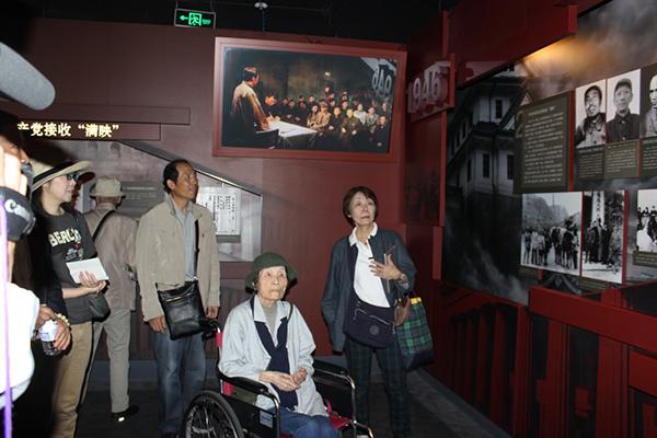 """岸富?#38647;?016年回到中国,参观""""修旧如旧""""式改造后的长影旧址博物馆"""