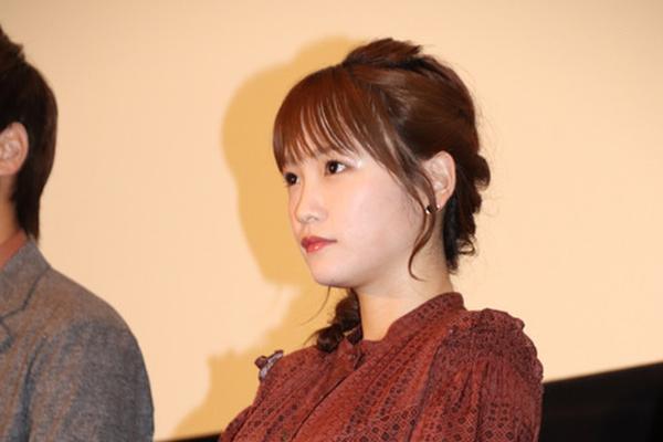 组图:川荣李奈出席舞台活动 身穿红色长裙活泼可爱