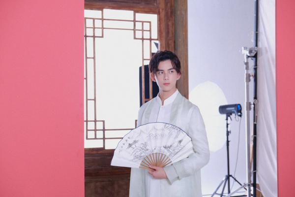 组图:吴磊身穿白色长衫手拿纸扇 古风造型翩翩少年侠气天成