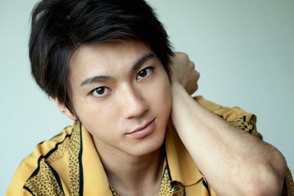 组图:日本男星山田裕贵接受杂志采访 身穿黄色衬衫清爽帅气