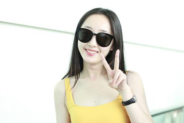 组图:蒋梦婕穿黄色紧身背心短裙大秀身材 皮肤水嫩白皙长腿逆天